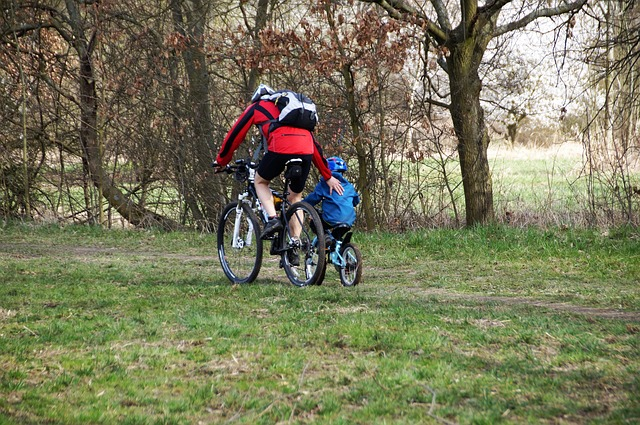 cyklisti – otec a dítě