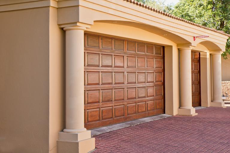 garážová vrata co ladí s vchodovými dveřmi domu