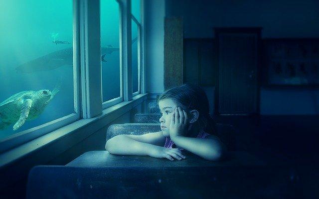dívka v lavici, snění