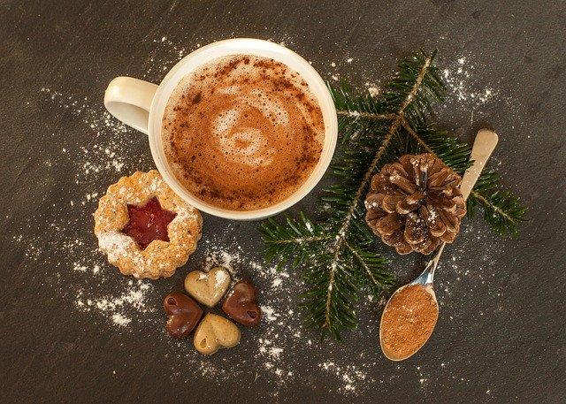 horká čokoláda a cukroví