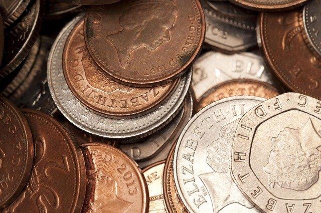 hromada drobných mincí